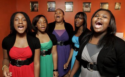 The Sistaz singers (from l
